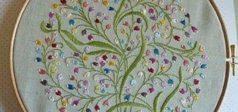 Kulatá výšivka květů vyšívaná ozdobnými stehy